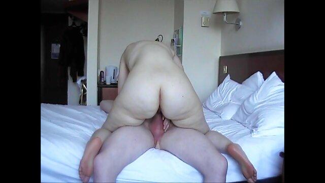 سکس بدون ثبت نام  بازی پیرمرد دختر سک۳۰ در اتاق نشیمن